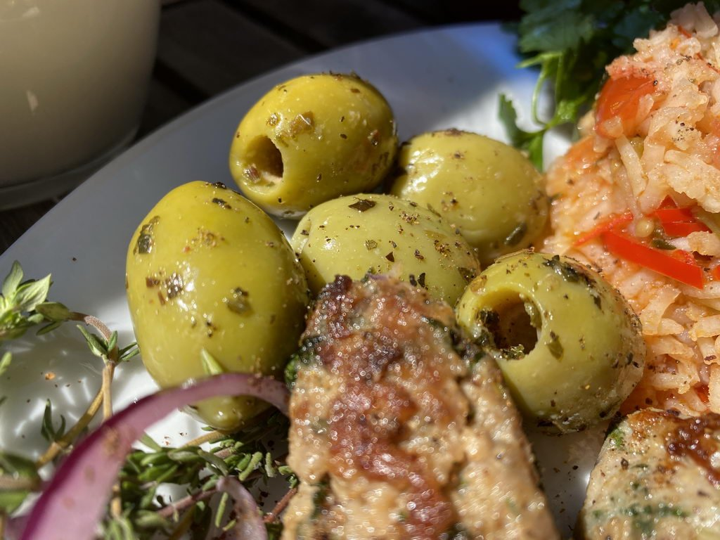 Ćevapčići mit Tomatenreis - Oliven