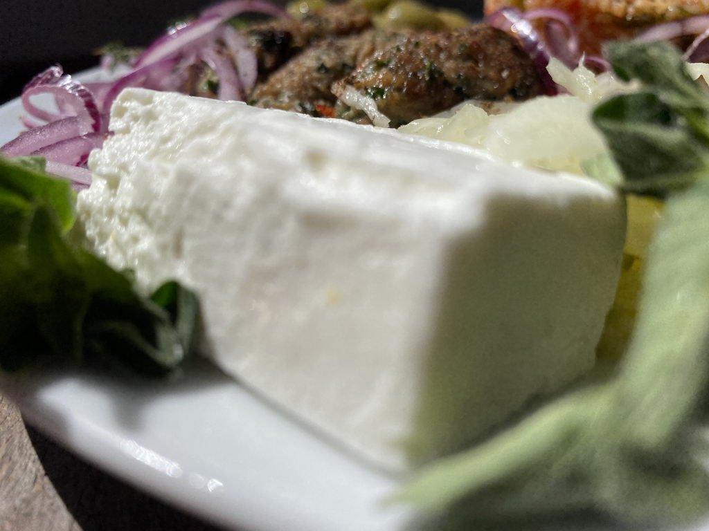 Ćevapčići mit Tomatenreis - Schafkäse
