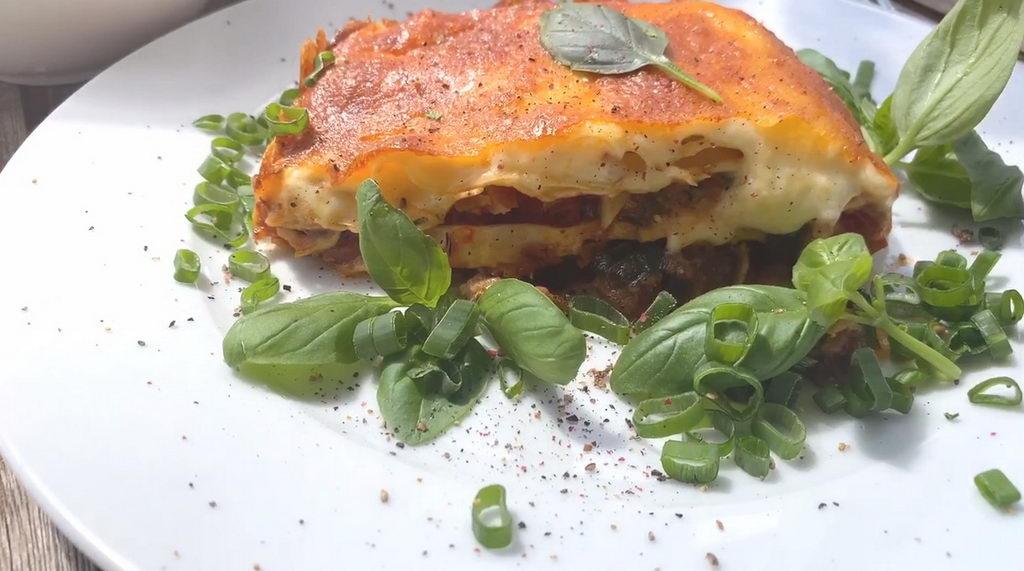 Lasagne mit Basilikum - serviert