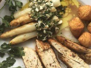 Spargel gebacken mit Vinaigrette und Poularde - serviert