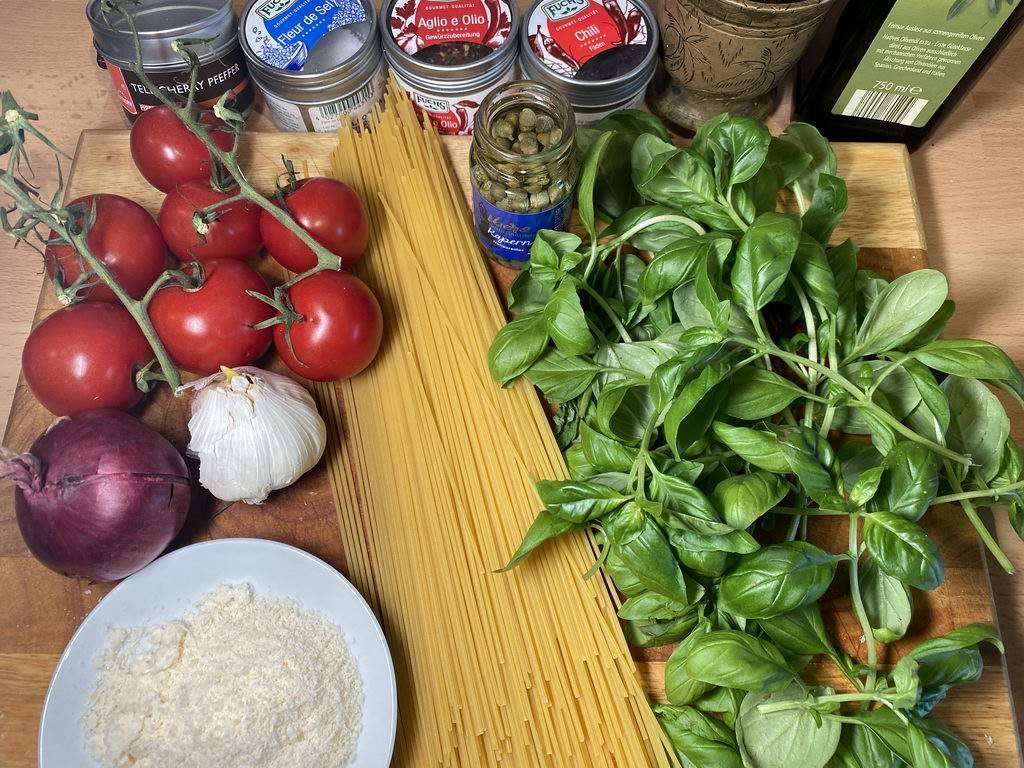 Pasta mit geschmolzenen Tomaten - Basilikum - Kapern - Zutaten