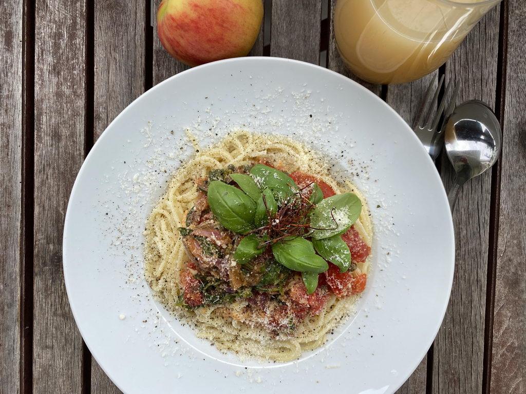 Pasta mit geschmolzenen Tomaten - Basilikum - Kapern - serviert