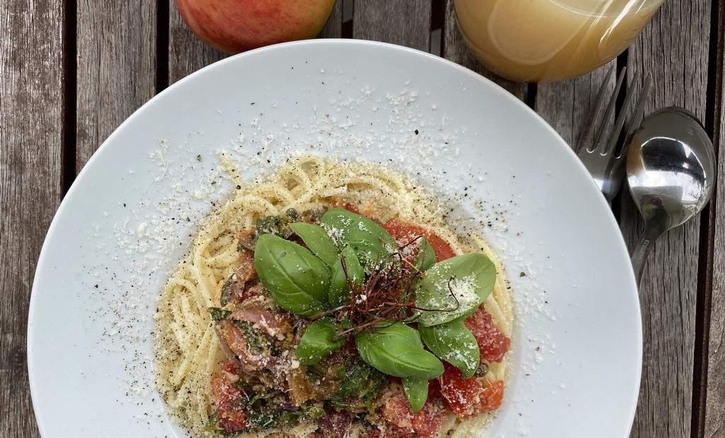 Pasta mit geschmolzenen Tomaten - Basilikum - Kapern