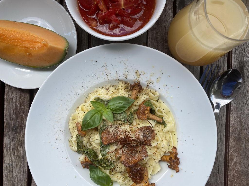 Pasta mit Basilikum-Butter und Pfifferlingen - serviert