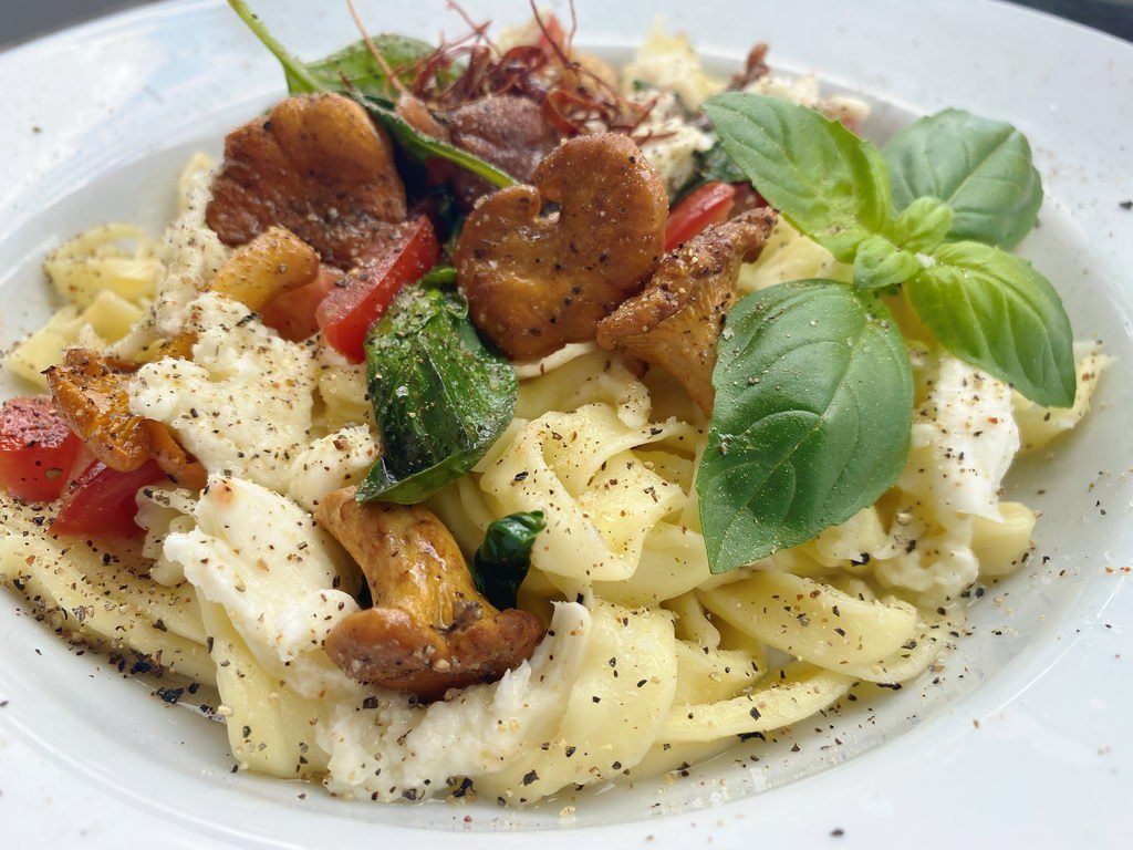 Pasta mit Pfifferlingen Tomaten Basilikum - garniert