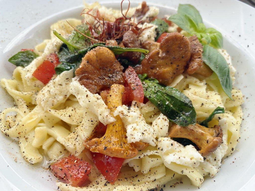 Pasta mit Pfifferlingen Tomaten Basilikum - serviert