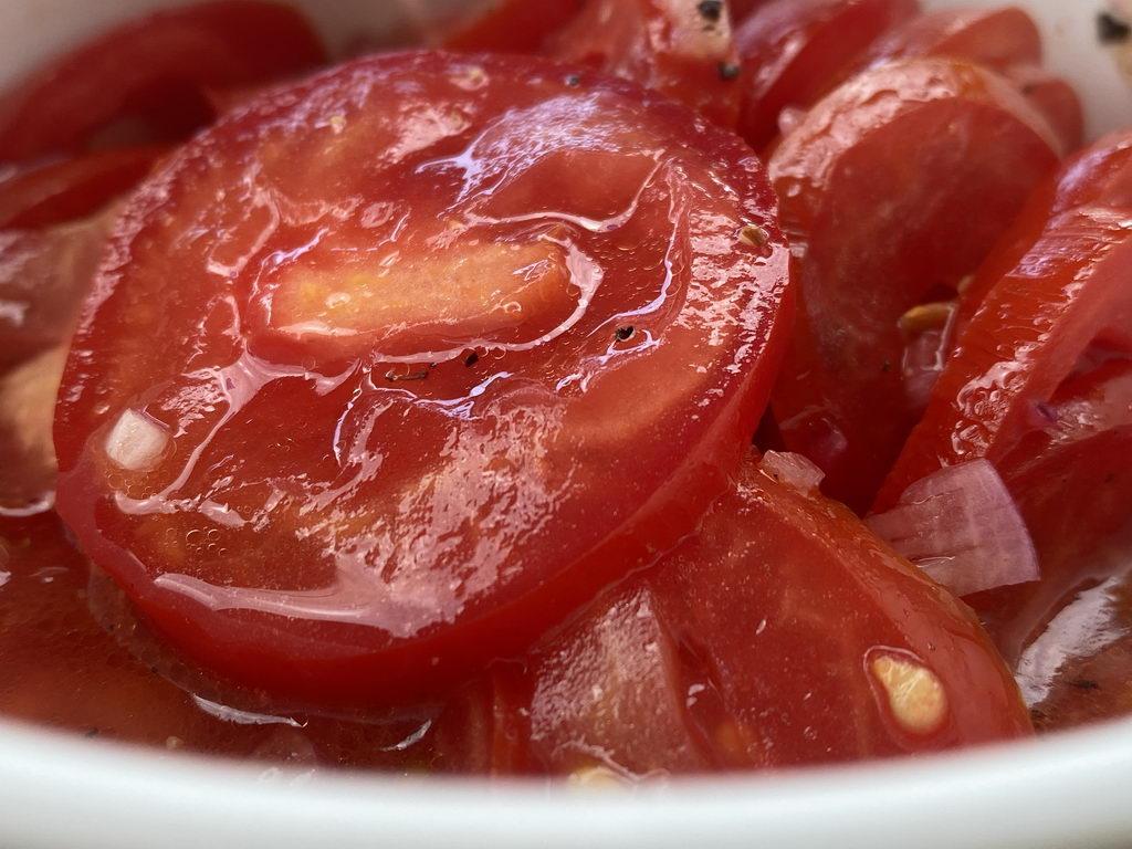 Tomatensalat zu Pasta mit Basilikum-Butter und Pfifferlingen