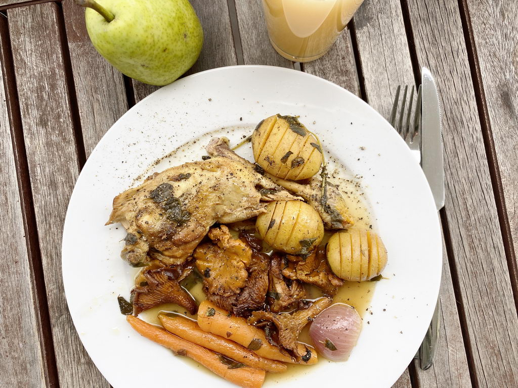 Poulardenkeule mit Pfifferlingen als One-Pot-Gericht - serviert