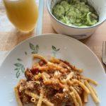 Pasta mit Bolognese und Gurkensalat