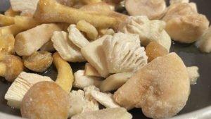 Pilz-Gnocchi mit Champignon-Rahmsauce und Obstsalat - Mischpilze
