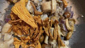 Pilz-Gnocchi mit Champignon-Rahmsauce und Obstsalat - Pfifferlinge
