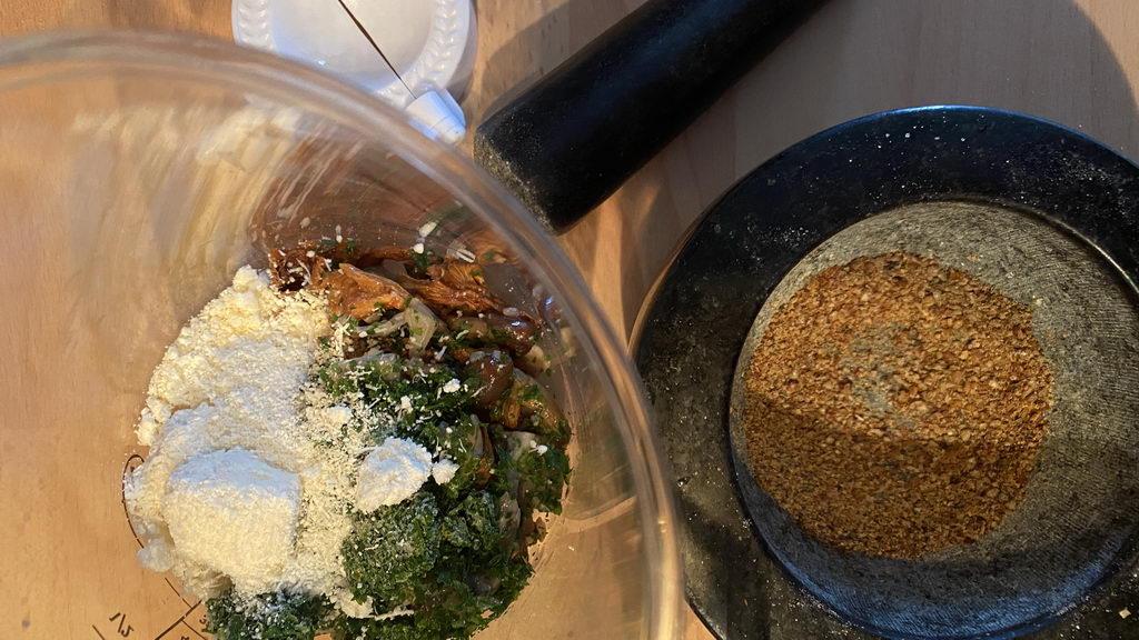 Pilz-Gnocchi mit Champignon-Rahmsauce und Obstsalat - Pilz-Parmesan-Farce