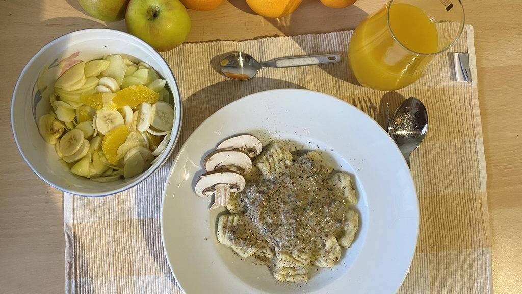 Pilz-Gnocchi mit Champignon-Rahmsauce und Obstsalat - serviert