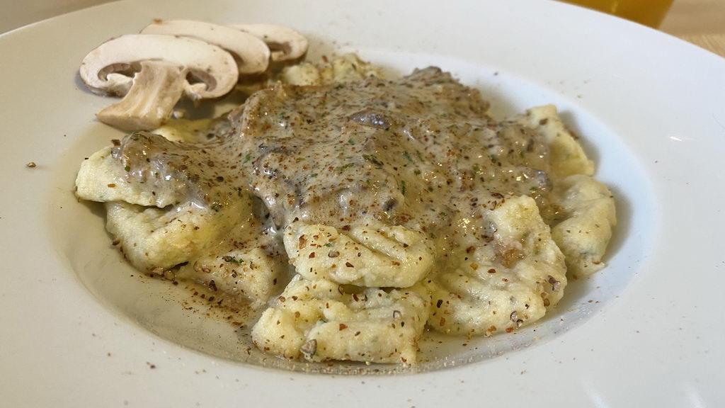 Pilz-Gnocchi mit Champignon-Rahmsauce und Obstsalat
