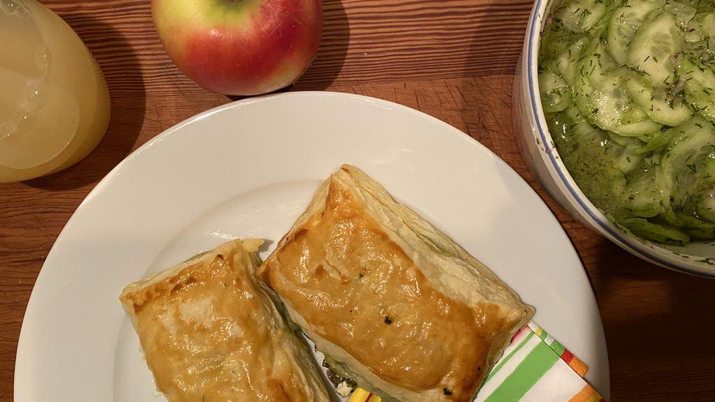 Blätterteigtaschen gefüllt mit Spinat und Feta