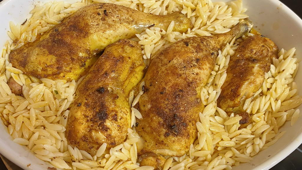 Poulardenkeule-Kritharaki-Pfanne aus dem Ofen - mit gegarten Kritharaki auffüllen