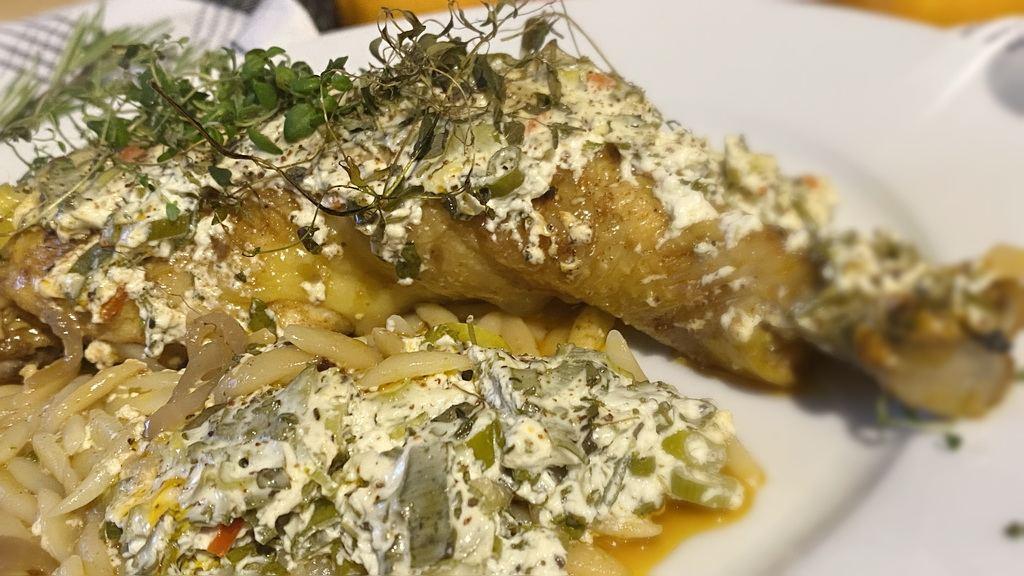 Poulardenkeule-Kritharaki-Pfanne aus dem Ofen - serviert