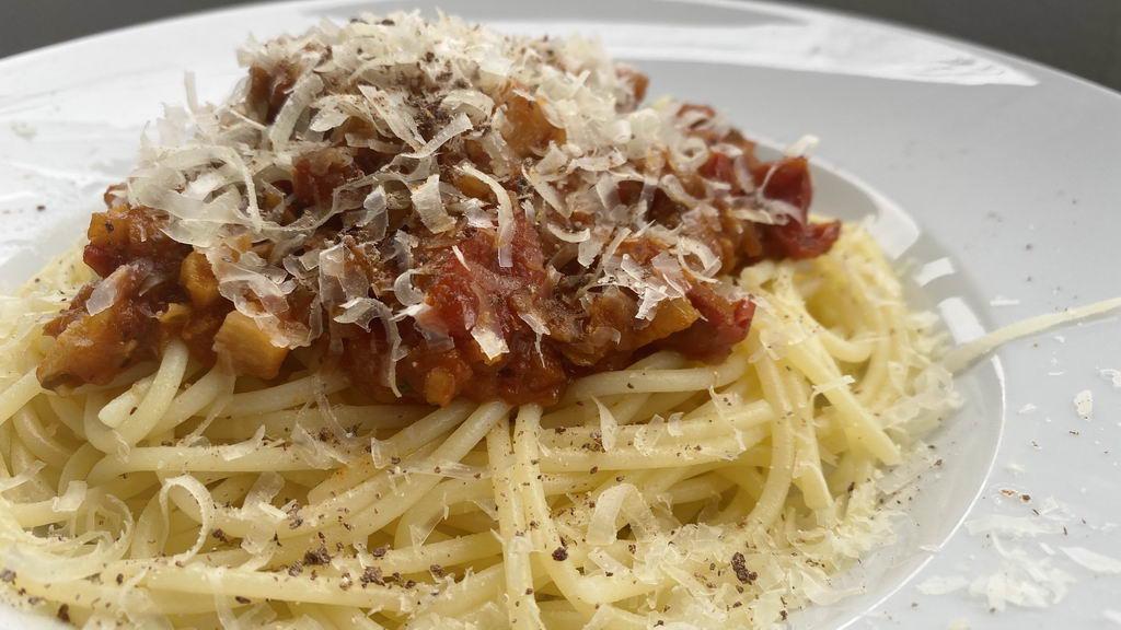 Spaghetti Bolognese vegetarische Art mit roten Linsen - serviert